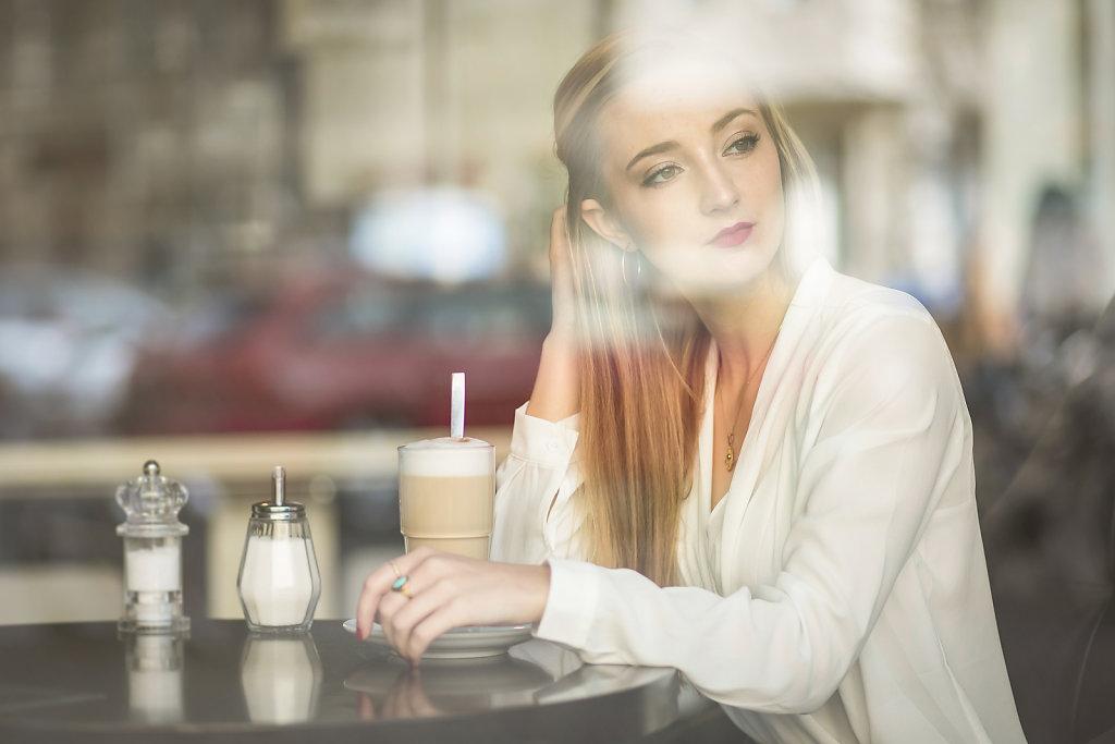 Ina in einem Cafe in Berlin.